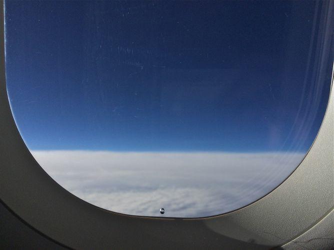 отверстие в окне самолета-3