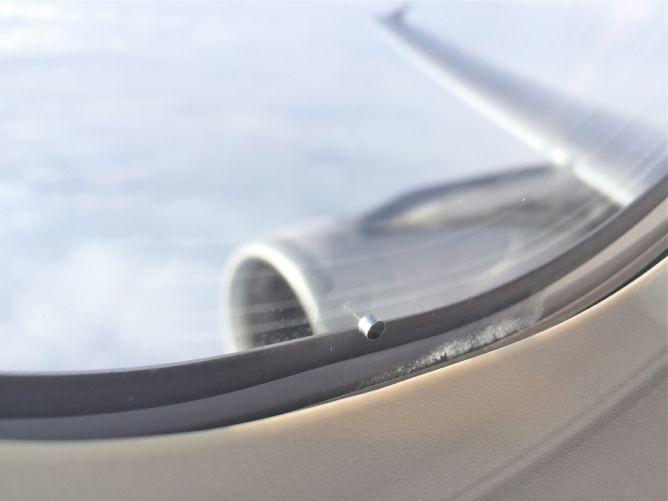 отверстие в окне самолета-4