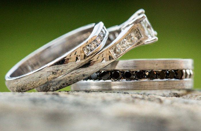 Свадебные фото в отражении колец-4