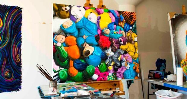 Плюшевые игрушки на картинах Brent Estabrook