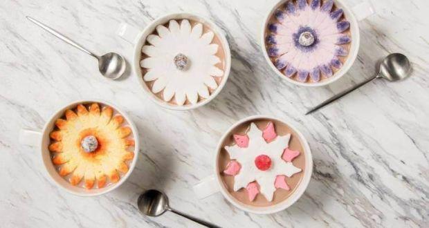 Цветущий зефир в чашке с горячим шоколадом