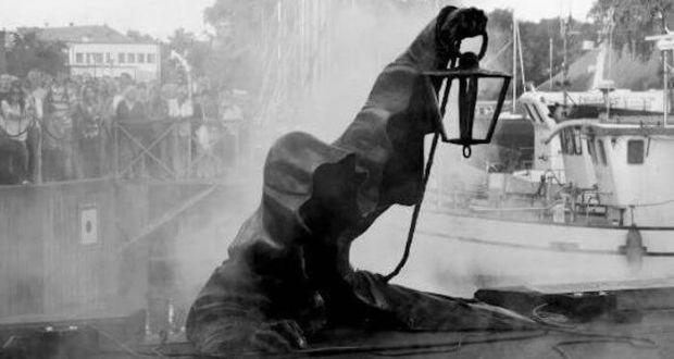 Загадочная статуя The Black Ghost