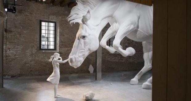 Масштабная инсталляция The Horse Problem аргентинской художницы Claudia Fontes в рамках 57-й Венецианской биеннале