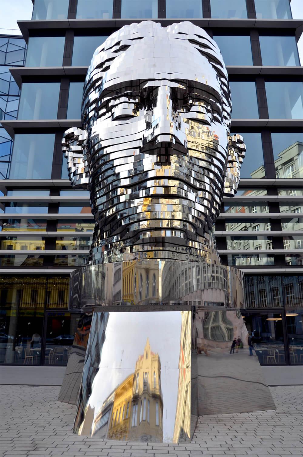 Вращающаяся скульптура Франца Кафки художникаДавидЧе́рни (Черны) (чеш.DavidČerný)
