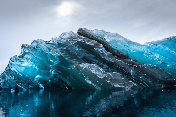 Айсберг синего цвета в фотографиях Alex Cornell (Алекс Корнелл)